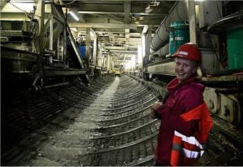 Doktorgradsstipendiat Kari Bråtveit på befaring i Tonstad kraftverk. (Foto: Cedren)