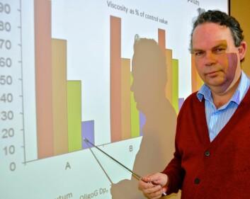 – Her er seigheten i slimet redusert med opptil 80 prosent, sier Arne Dessen i AlgiPharma. (Foto: Stein Morch)