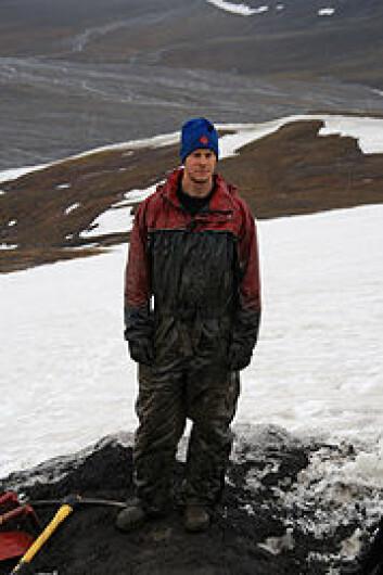 Espen Madsen Knutsen under utgravning på Svalbard. Foto: Lena Kristiansen