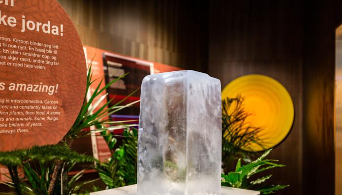 Når du tar på denne isblokka i Klimahuset kan du se hvor raskt den smelter når hendene dine er varme. Dette skal fortelle noe om hva som skjer med isen når klimaet blir varmere. Denne må byttes ut annenhver dag.
