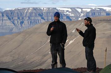 Espen Madsen Knutsen og Patrick Druckenmiller (University of Alaska, t.h.). Legg merke til dei snorrette lagdelingane i fjellet i bakgrunnen. Foto: Jørn Hurum, NHM