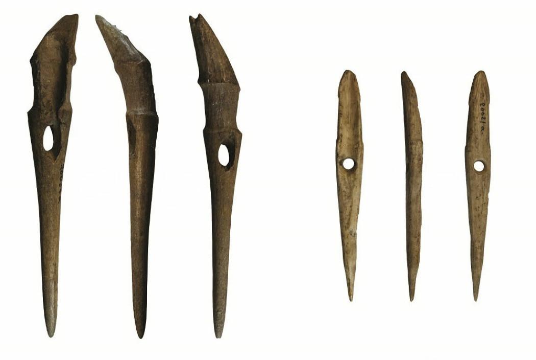 Dette er to av harpunene som forskerne har funnet under åkeren på Jortveit gård. De var trolig i bruk en gang for mellom 5700 og 4500 år siden.