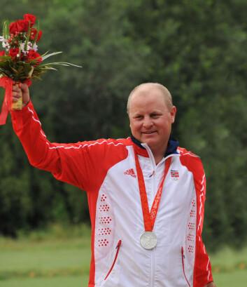 Sportsskytteren Tore Brovold vant sølv i skeet, en type leirdueskyting, i OL i Beijing. Her står han på seierspallen. (Foto: Karta24/Wikipedia)