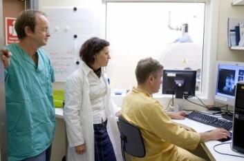 """""""Professor Rolf Bjerkvig (t.v.), overveterinær Aurora Bjørnstad og førsteamanuensis Frits Thorsen studerer skjermbildet av rottehjernen som blir scannet i en kraftig MR-maskin i rommet ved siden av."""""""