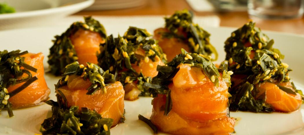 Tare kan brukes som tilbehør til mangetyper sjømat. For eksempel her – på lakseruller med taresalat.