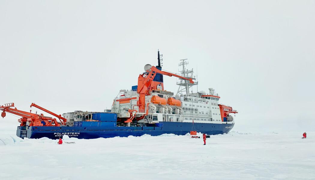 Polarstern frosset fast i isen. Foto: Markus Rex