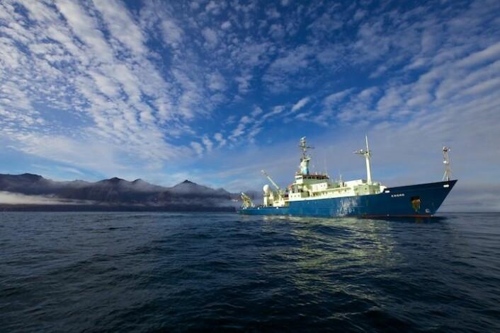 Forskningsfartøyet «Knorr» har vært i tjeneste siden 1970. Det er samme skip som ble brukt av ekspedisjonen som i sin tid fant vraket av «Titanic». Her ligger «Knorr» utenfor kysten av Grønland. (Foto: Sindre Skrede)