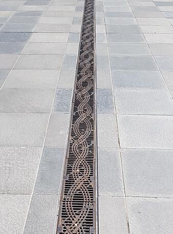 Rist for å ta unna overvann med flettet bånd tydelig inspirert av spennen i Borrestil.