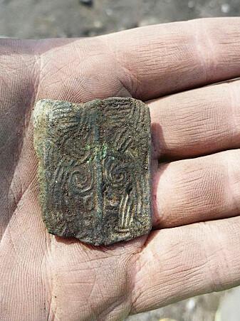Denne spennen fra 800-900-tallet har vært inspirasjon for Torvets nye rister.
