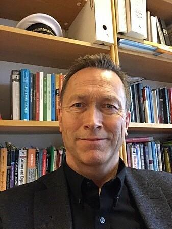 Større avstand mellom toppledere i politiet og førstelinjen kan gjøre at problemstillingene man er opptatt med på toppen og i førstelinjen, kan være forskjellige, sier forsker Rune Glomseth ved Politihøgskolen.