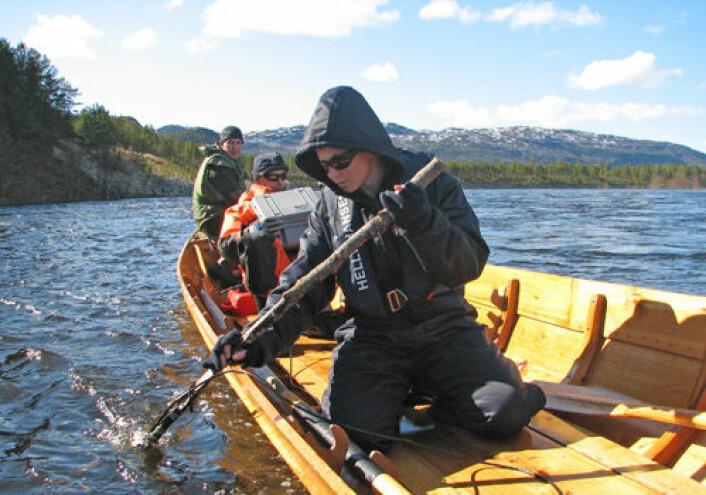 Forskerne kan lytte etter signaler fra merket laks. Bildet viser Elina Halttunen (nærmest), Jan Davidsen og Amund Suhr. (Foto: Audun Rikardsen)