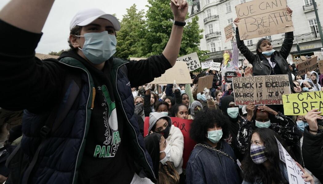 Flere brukte ansiktsmasker på Black Lives Matters-demonstrasjonen i Oslo. Forskere bak ny studie hevder at bruk av munnbind kan ha hindret flere tusen smittetilfeller i New York og Italia.