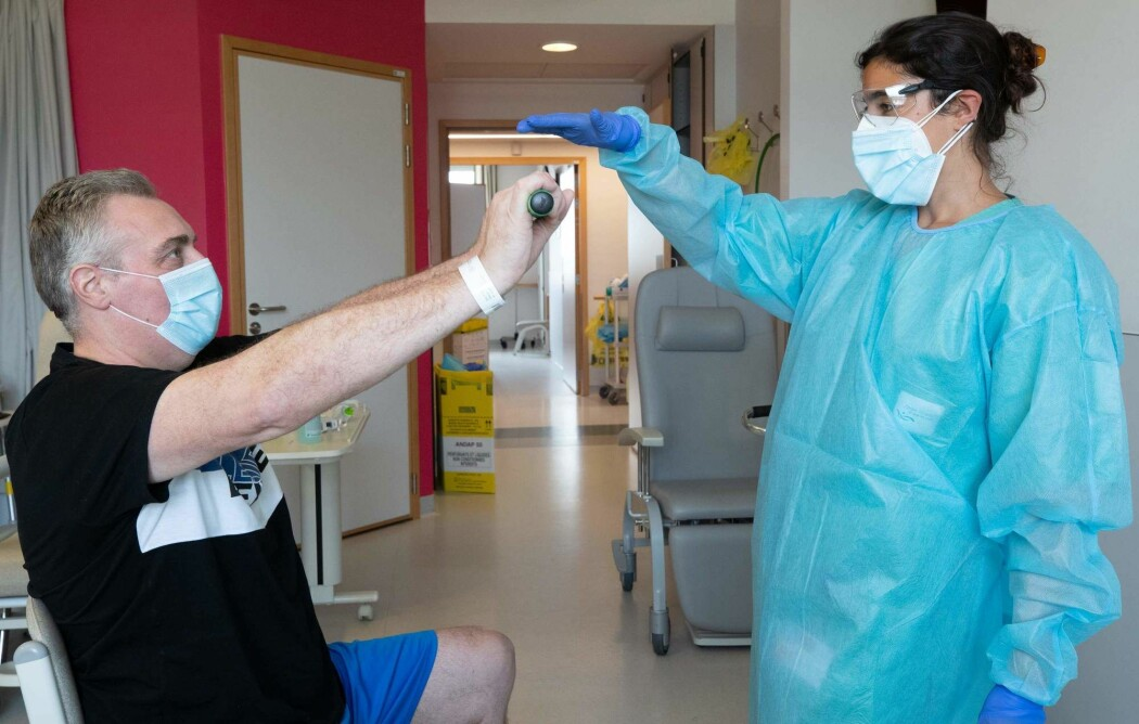 Bildet viser den belgiske fysioterapeuten Mounya El Khalil og hennes pasient Michel Renard som trener seg opp etter å ha vært innlagt med covid-19 i to uker i slutten av april. - (Foto: BENOIT DOPPAGNE / BELGA / AFP) / Belgium OUT