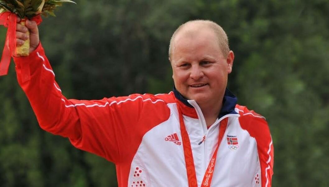 Sportsskytteren Tore Brovold vant sølv i skeet, en type leirdueskyting, i OL i Beijing. Her står han på seierspallen. Karta24/Wikipedia