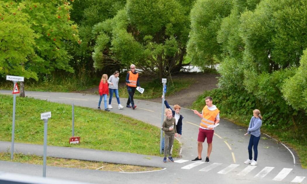 Oppmerksomhetstrening i praksis: Barn og lærere gikk en runde sammen for å bli kjent med sykkelbanen. Hvor lurer det farer akkurat her? Hva kan oppstå rundt neste sving?