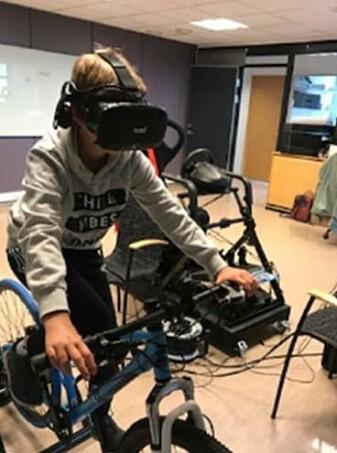 En elev øver trygt og sikkert i VR-laben. VR-brillene ga forskerne sikre data på hvor, og hvor lenge, barna fokuserte. Dette skjedde gjennom såkalt eye-tracking.