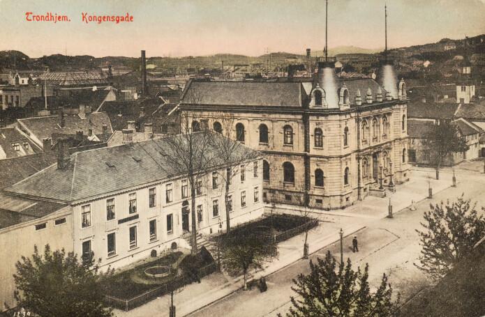 Trondhjems Sparebank, hvor Trondhjems kunstforening holdt til i 1890-årene. «Det faste galleri» , hvor Vigeland stilte ut i 1897, var i andre etasje.