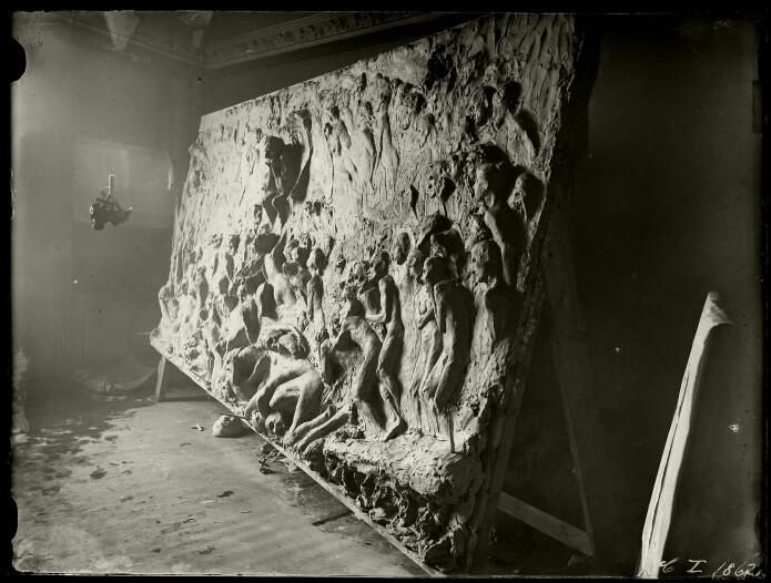 Vigelands hovedverk fra 1890-årene er det store relieffet <i>Helvete</i>. Her er det fotografert under modellering i atelieret i Pilestredet 8, våren 1894. Parallelt med dette arbeidet Vigeland med de første utkastene til relieffet Hyrdenes tilbedelse til domkirken.