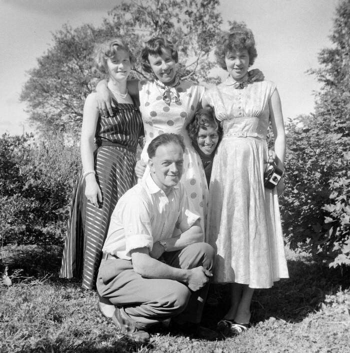 Mange av de ansatte ved Saba-fabrikken utenfor Tønsberg var kvinner. Her sammen med en av sjåførene på Saba-bussen. Bildet er fra bedriftens eget historiske arkiv.