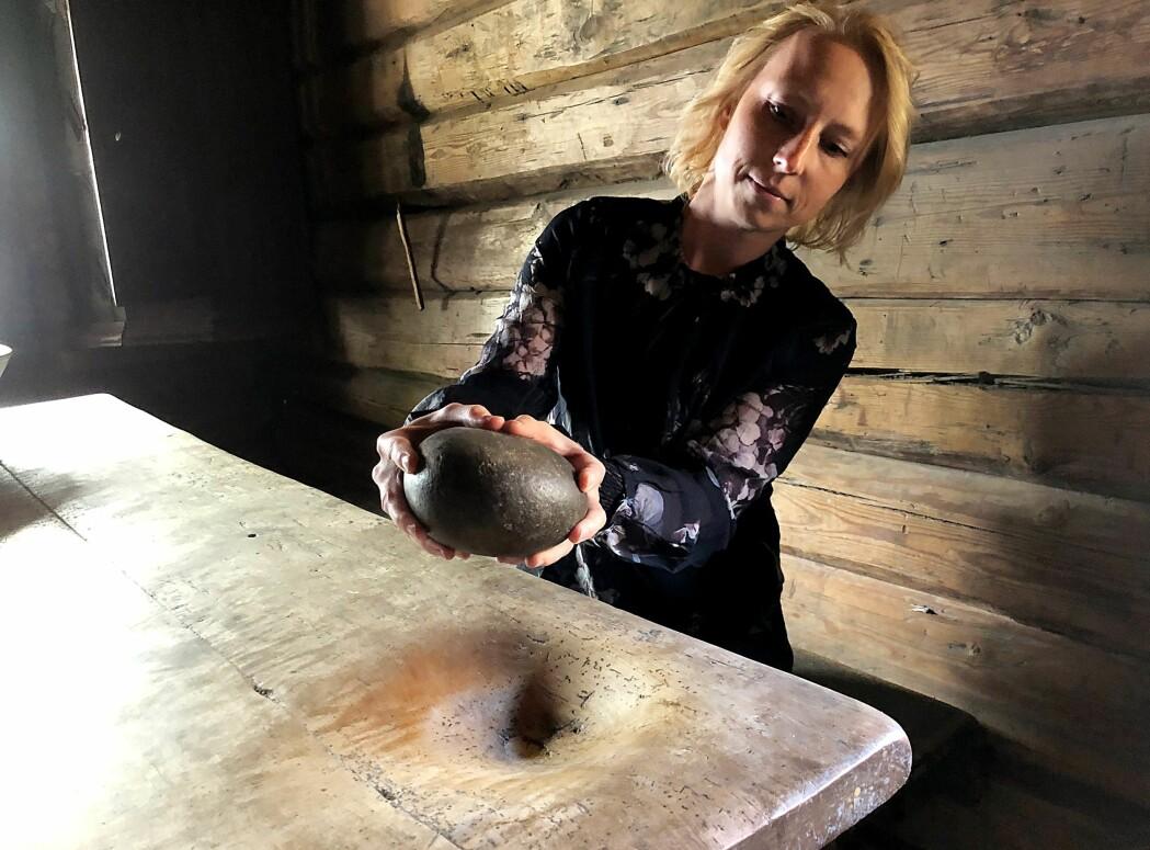 Hilde Brumoen Engø hos Østfoldmuseene viser fram kverna fra Rakkestad.