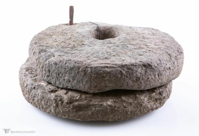 Dreiekvern som finnes hos Romsdalsmuseet. Her har den øverste steinen fått innfelt en jerntapp som fungerer som håndtak.