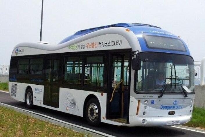 OLEV-bussen trenger kan kjøre forbi alle ladestasjoner. Den lades av veien, mens den kjører. (Foto: KAIST)
