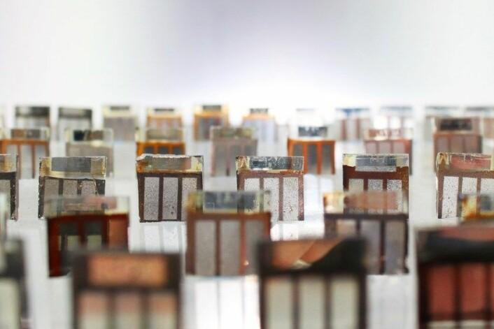 Slik ser det ut når eksperimenter med solceller av perovskitt går galt. Likevel er materialet løfterikt, ettersom det er billigere og lettere å produsere enn tradisjonelle silisiumceller. (Foto: Matt Carnie / Swansea University)