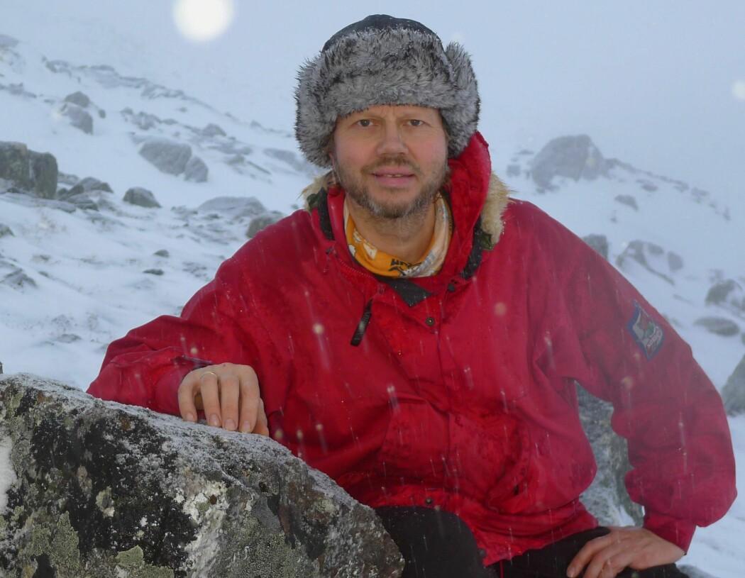 Jusprofessor Øyvind Ravna mener det er folket i Finnmark som eide jorda i fellesskap med naboen og sambygdinger. Han mener at Statens jorddelingsresolusjon fra 1775 som åpnet for utvisning fra statens grunn, ikke er den eneste riktige historien.