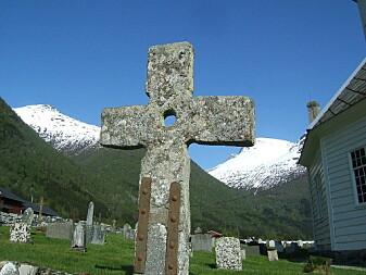 I kvernsteinsbruddet i Sogn ble det også produsert steinkors. Dette står på kirkegården i Loen.