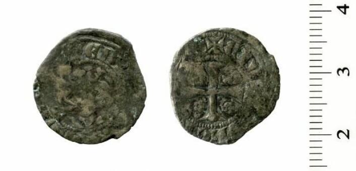 Mynt fra mellom 1280 og 1285 fra Bergen. (Foto: Svein Gullbekk)