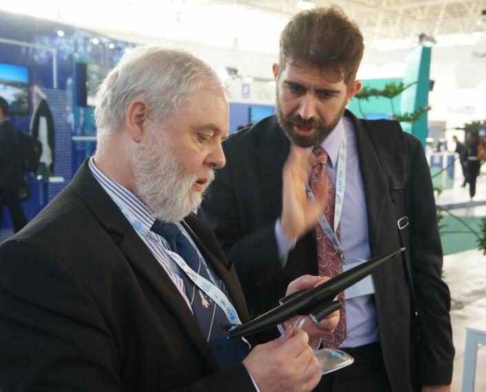 Mark Hempsell fra Reaction Engines Ltd (t.v.) viser fram en modell av romflyet Skylon på den internasjonale romfartskongressen IAC i Napoli, 2012. (Foto: Arnfinn Christensen)