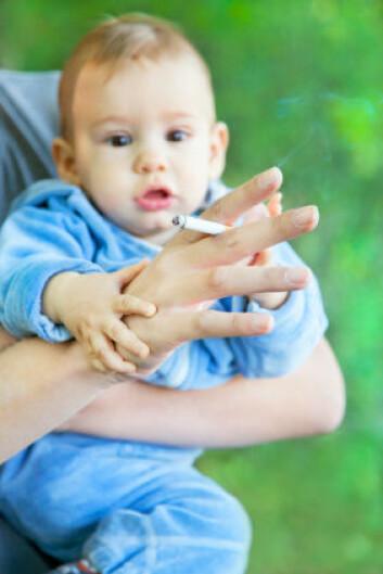 Skal du først røyke med en nyfødt baby på slep, er det bedre om du gjør det utendørs - selv i pollensesongen. (Foto: Istockphoto)