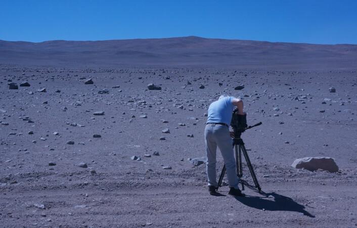 En fotograf fra den italienske TV-kanalen RAI filmer ørkenens strenge skjønnhet. (Foto: Arnfinn Christensen)