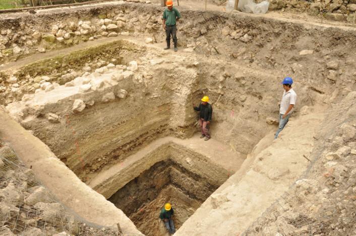 Utgraving av plattform A-24 ved Ceibal, Guatemala. Her avdekker forskerne de eldste monumentale bygningene funnet i lavlandet der mayaene bodde. (Foto: Takeshi Inomata)