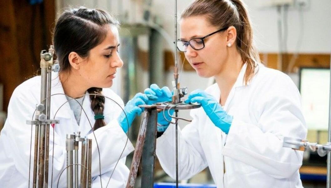 Fremtidens fly skal gå på biodrivstoff. Ramsalt forskning på et laboratorium på Ås skal vise hvordan tre og halm kan erstatte flybensin.