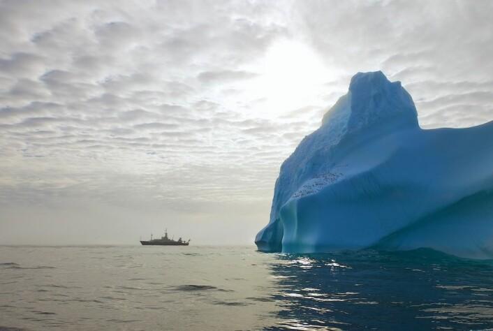 Isfjell kan være et problem for oseanografenes utstyr – og for ekspedisjonens skip. «Knorr» har isforsterket baug, men unngår i det lengste konfrontasjon med is. (Foto: Sindre Skrede)