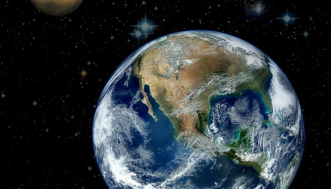 """Kostholdet til astronauter spiller inn for suksessen til romturer. Derfor skal NASA støtte et prosjekt på Hawaii som går ut på å teste hvilken mat som egner seg best på turer til Mars. (Illustrasjonsfoto: Wikimedia Commons <a href=""""http://commons.wikimedia.org/wiki/File:North_America_from_low_orbiting_satellite_Suomi_NPP.jpg"""">1</a> / <a href=""""http://commons.wikimedia.org/wiki/File:Mars_Valles_Marineris.jpeg"""">2</a> / <a href=""""http://comm"""
