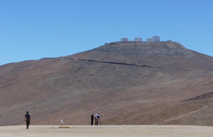 Teleskopene på Paranaltoppen blir filmet ved første anledning. (Foto: Arnfinn Christensen)