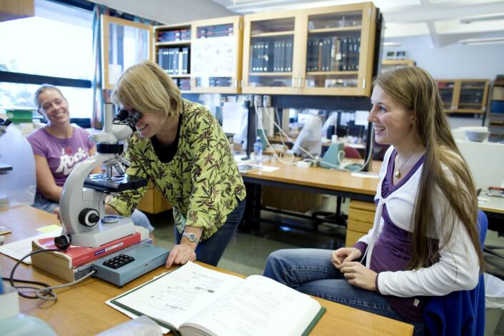 """""""Kari Hjelle (i midten) blir glad når ho ser vakre pollenkorn i mikroskopet. Ho blir ofte glad. Lene S. Halvorsen og Linn Cecilie Karlsen ser heller ingen grunn til å sture."""""""