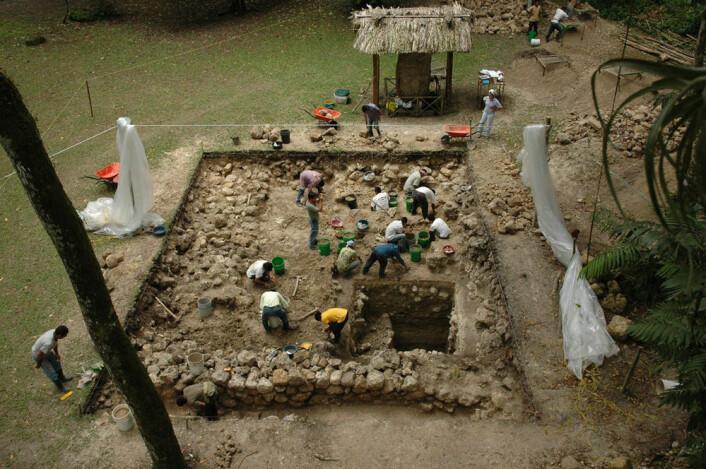Utgraving av plattform A-24 ved Ceibal, Guatemala. (Foto: Takeshi Inomata)