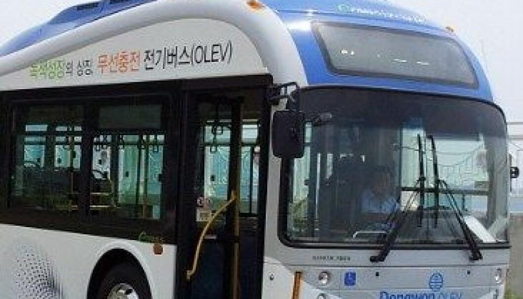 Denne el-bussen lades av veien mens den kjører