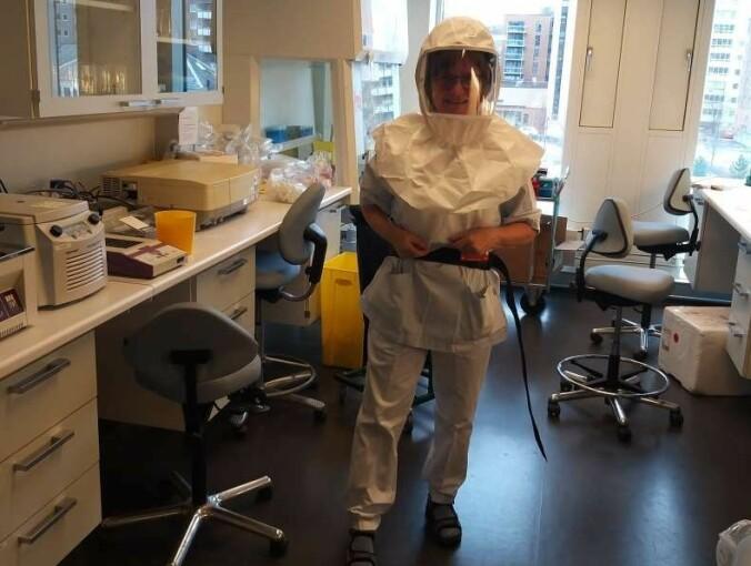 Arbeidet med koronaviruset krever strenge sikkerhetstiltak i laboratoriet.