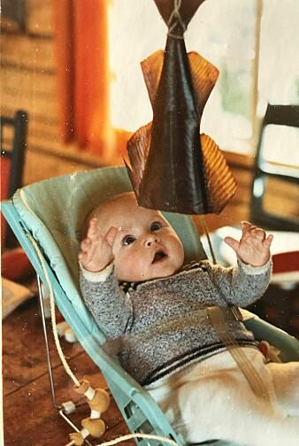 Den skal tidlig krøkes! Christian Skauge tilbrakte alle barnsommens somre på Myken, med hav og marint liv som nærmeste nabo. Her med en noe uvanlig babyleke.