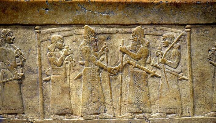 Scenen der Shalmaneser III trykker hånden til Marduk-Zakir-Shumi er utstilt på Irak Museum i Bagdad.
