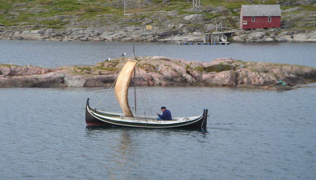 Forfatteren selv, Bjørn Skauge, i båt på Myken, mange år etter at historien utspant seg.