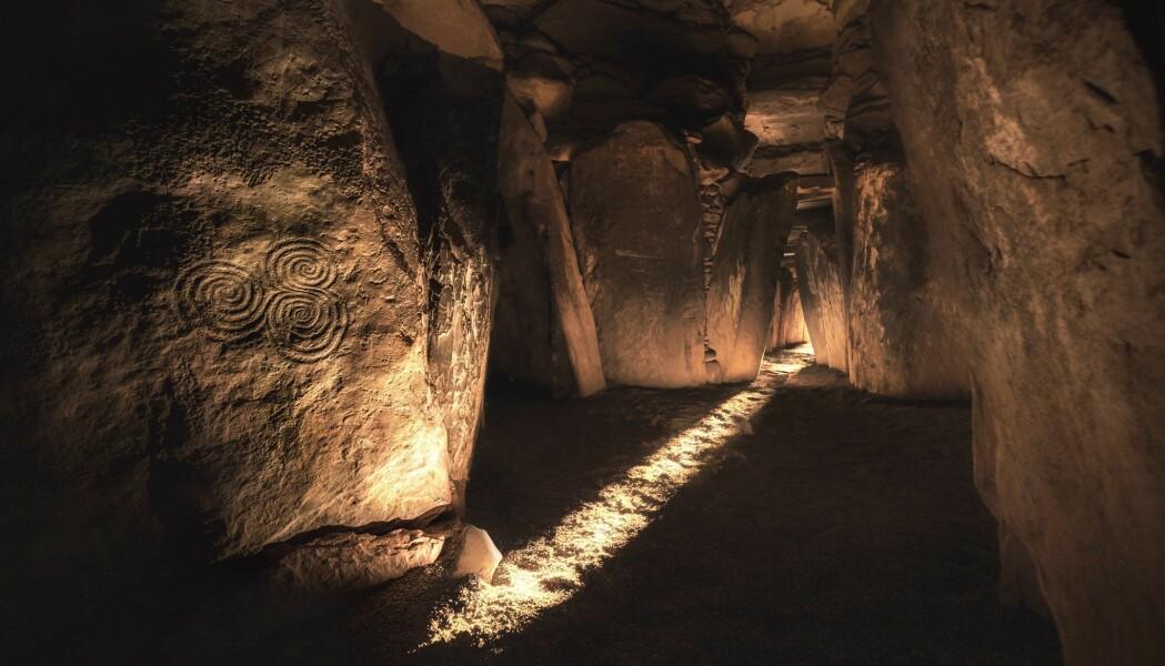 Ved vintersolverv flommer sollyset inn åpningen til Newgrange og bader det innerste gravkammeret i lys. Foreldrene til mannen gravlagt her var nære slektninger. Kanskje fikk overklassen barn med hverandre for å holde makta innenfor familien.