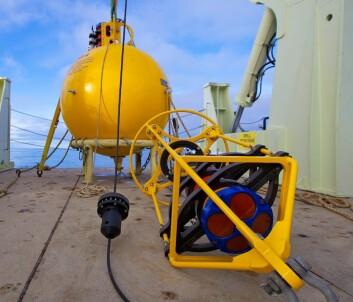 ADCP montert i ramme – lett gjenkjennelig på de fire brunfargede 'svingerne'. Dette er en ADCP med høy frekvens, og dermed bedre oppløsning, men kortere rekkevidde på ca 100 meter. De største ADCP-ene har en rekkevidde på 500 meter. (Foto: Sindre Skrede)