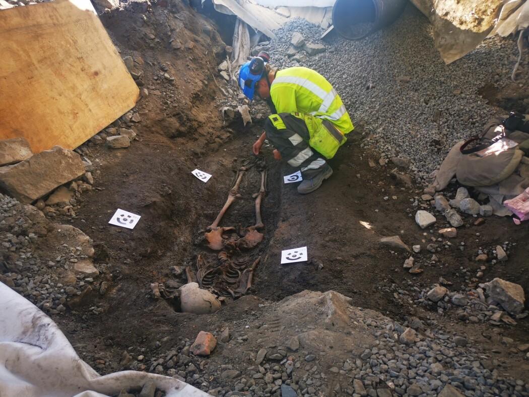 Arkeolog Tone Bergland i Norsk institutt for kulturminneforskning (NIKU) jobber med oppdagelsen av en grav med tre skjeletter som ble funnet to meter under bakken i Bispegata i Oslo.