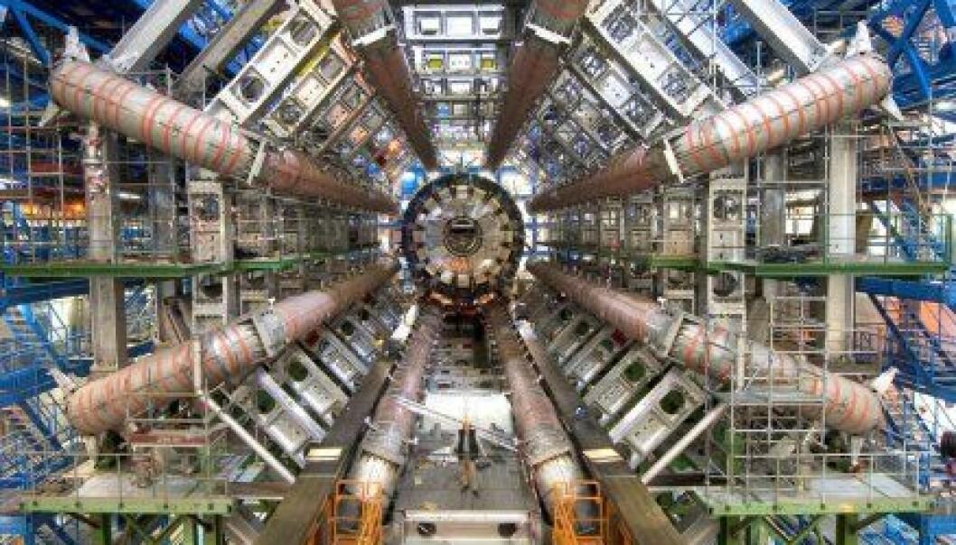 """""""Her ser du detektoren ATLAS, som er plassert på den 27 kilometer lange akseleratoren Large Hadron Collider (LHC) ved Cern i Frankrike/Sveits. I denne detektoren håper fysikerne å kunne se sorte hull. Legg merke til mannen som står nederst i midten."""""""