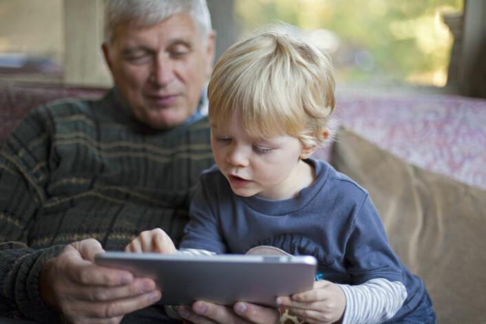 Nettbrett kan bli et hjelpemiddel for eldre i hjemmet, og samtidig by på adspredelser som å spille spill eller se video av barnebarna.  (Foto: Shutterstock)